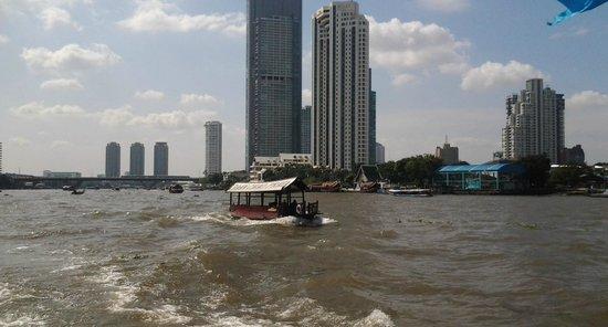 Ramada Plaza Bangkok Menam Riverside: camino al central muelles
