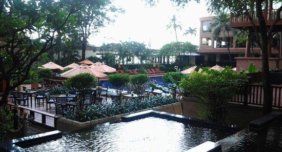 Ramada Plaza Bangkok Menam Riverside: pisina y  jardines