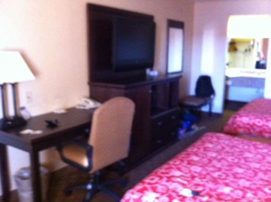 Days Inn Fort Stockton: Desk and TV