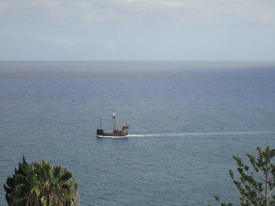 Pestana Carlton Madeira : Vista do apartamento. Caravela delizando mar adentro