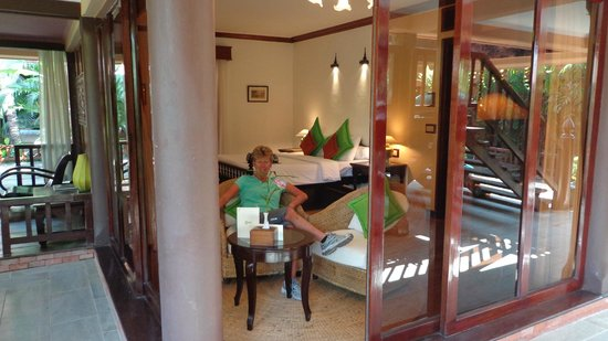 Angkor Village Hotel: perfedt bedroom with sitting room outside