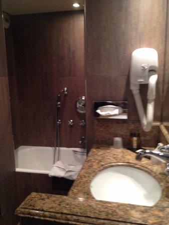 Au Manoir Saint Germain De Pres : Bathroom