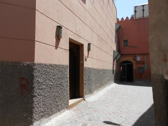 Riad Kniza : Discreta fachada dentro da Medina.