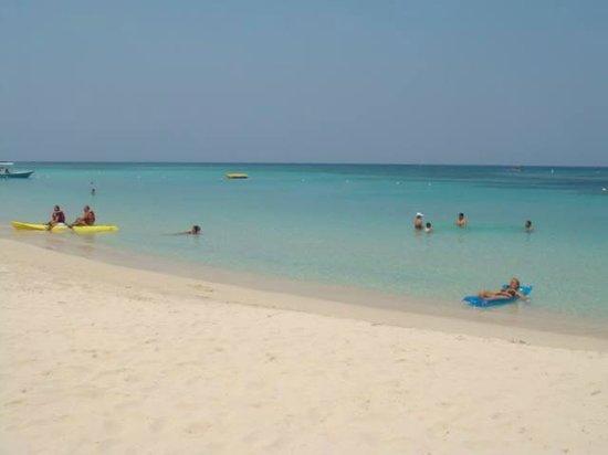 Henry Morgan Beach Resort: beach