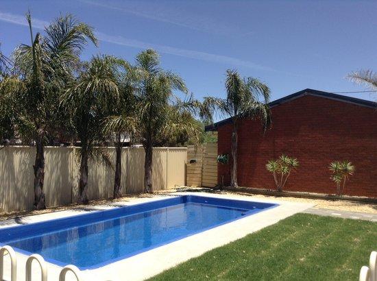 Country Roads Motor Inn: new pool area