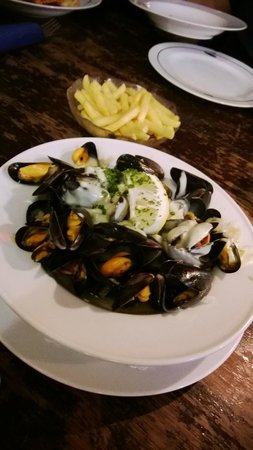 Les Halles: Tasty mussels and fries
