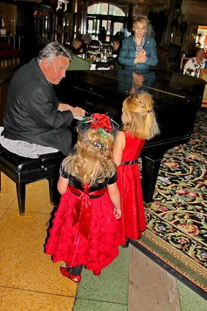 The Brown Palace Hotel and Spa, Autograph Collection: Singing along with the pianist