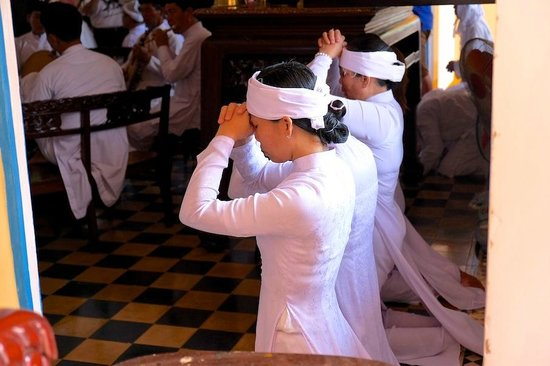 Cao Dai Temple: praying