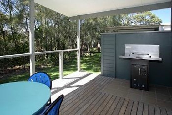 Currarong Beachside Holiday Park : Sandpiper Cabin with lovely private deck