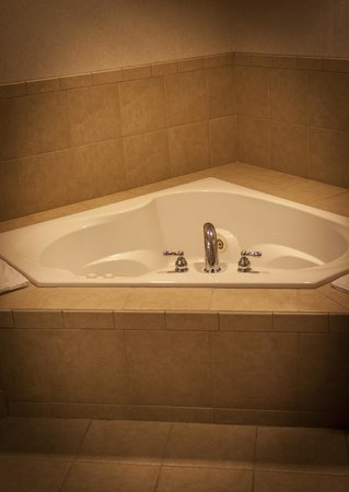 Ameriway Inn and Suites: Jacuzzi Tub
