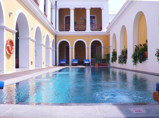 Palais de Mahe : Stunning pool with granite