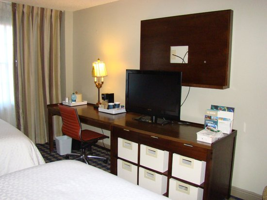 Four Points By Sheraton French Quarter: Desk and TV area