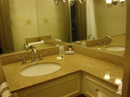 Four Points By Sheraton French Quarter : Bathroom sink area