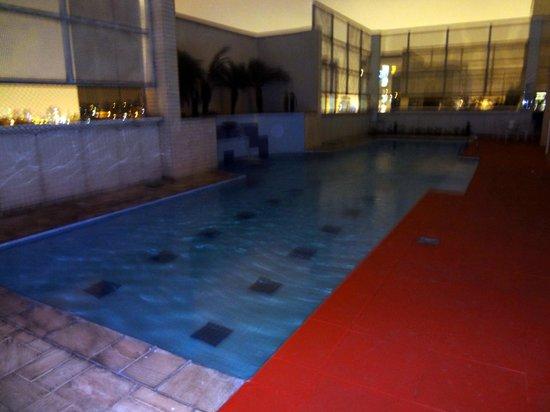 Mercure Sao Paulo Nortel: Vista noturna da piscina