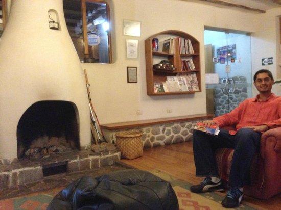 SAUCE Hostal: Lobby/fireplace