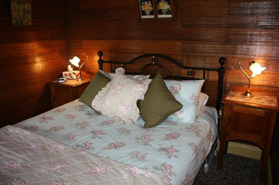 Westbury Gingerbread Cottages : Cosy attic queen bedroom in The Old Bakehouse