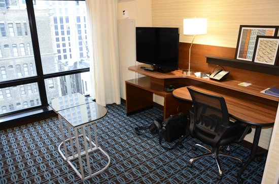 Fairfield Inn & Suites Chicago Downtown/River North: View from room; desk area