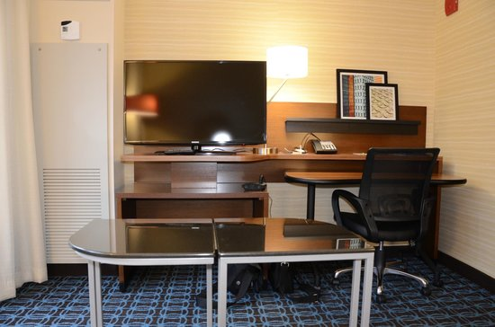 Fairfield Inn & Suites Chicago Downtown/River North: TV and desk area