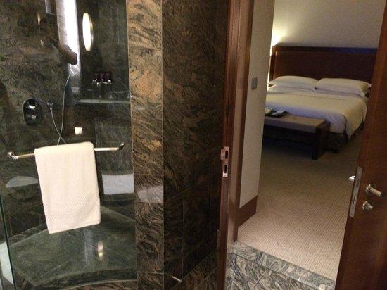 The Ritz-Carlton Jakarta, Pacific Place: Bathroom