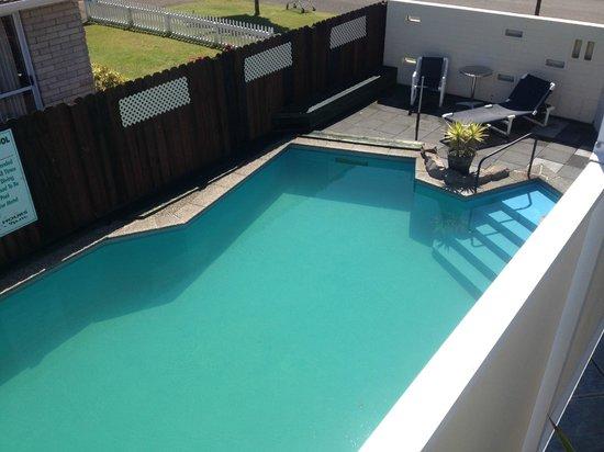 Fernleaf Motel: Outdoor heated swimming pool