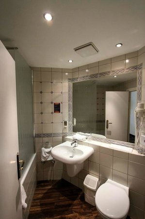 Ibis Styles Stuttgart: Clean bathroom