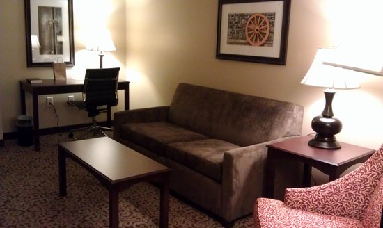 BEST WESTERN PLUS Intercourse Village Inn & Suites : Living room with sofa and desk