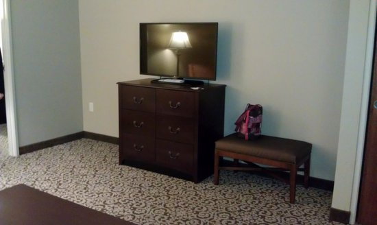 BEST WESTERN PLUS Intercourse Village Inn & Suites: Living room with TV