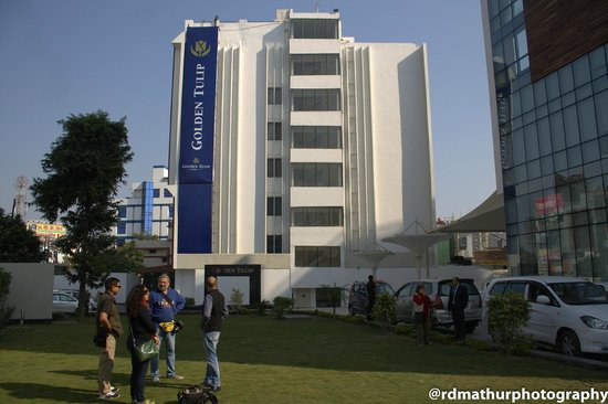 Golden Tulip Lucknow: Outside the hotel