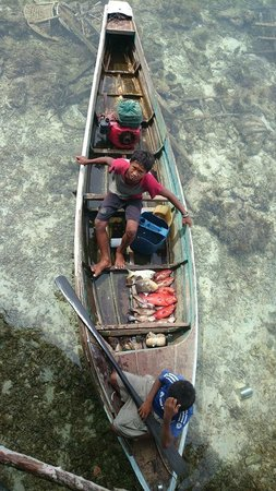 Scuba Jeff Guest House: Bajau people selling fresh seafood