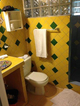 Cahal Pech Village Resort: Cabaña bathroom