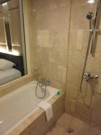 Henann Garden Resort: Bathtub