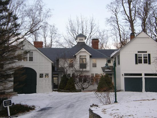 Swift House Inn: The Carriage House as seen from the driveway near the main house