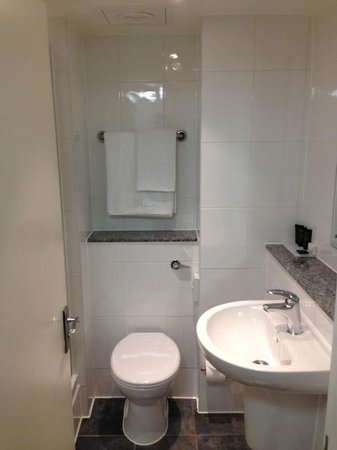 Strand Palace Hotel: Small but clean bathroom