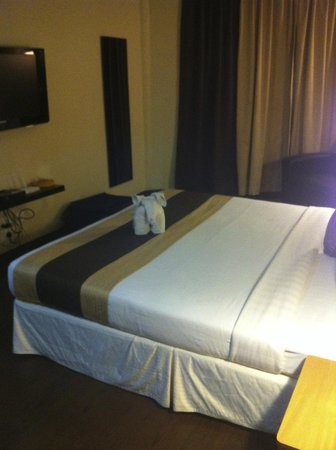 Step Inn Serviced Apartments: Room with towel elephant...