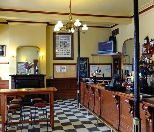 Tanswell's Commercial Hotel: Bar area