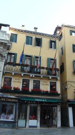 Hotel Concordia : окна номеров со стороны базилики