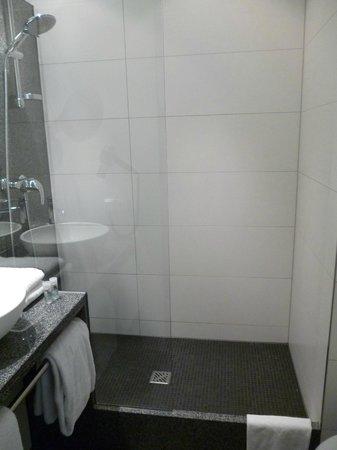 Motel One Muenchen City Sued : ampia doccia