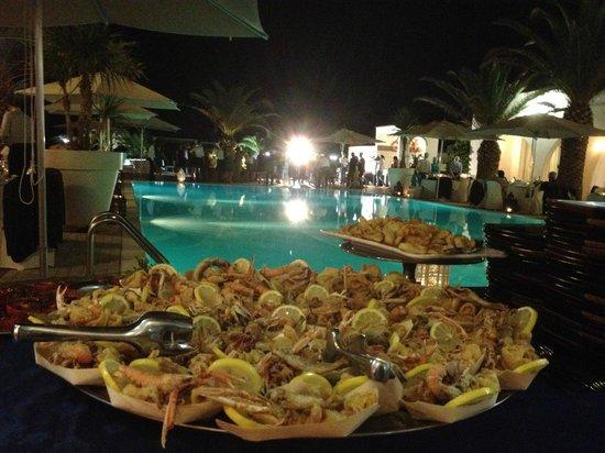 La nostra cena bordo piscina foto di centro vacanze for Cena in piscina