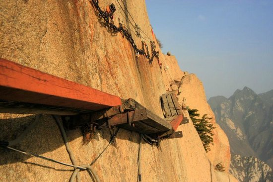 Huayin, China: Cliffside Path - вид снизу