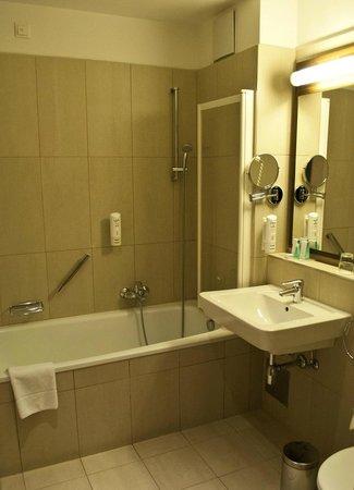 Austria Trend Hotel Rathauspark Wien : Bath room in double room