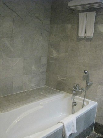 Thumrin Thana Hotel: Bathtub