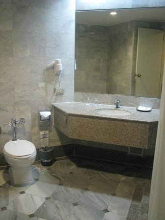 Thumrin Thana Hotel: Big bathroom