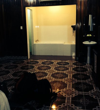 Thanh Binh II Hotel: Bath, separate shower and separate toilet.