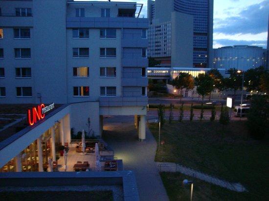 Arcotel Kaiserwasser : Вид из окна на открытую террасу
