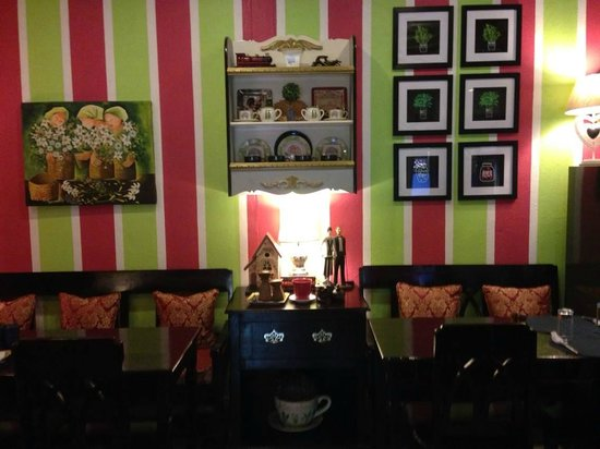 White Fence Country Cafe : Colorful decor