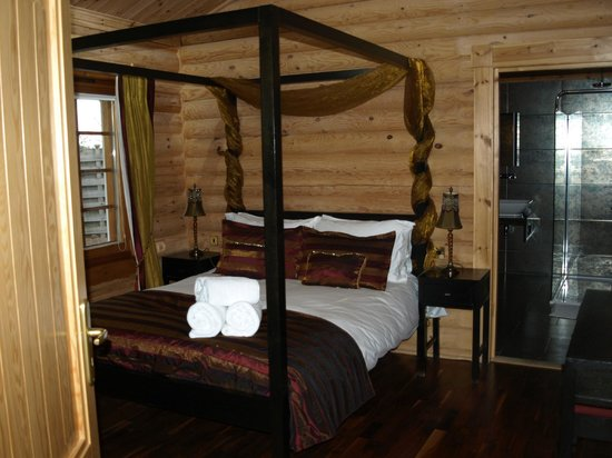 Lazyday Cottages: Main bedroom