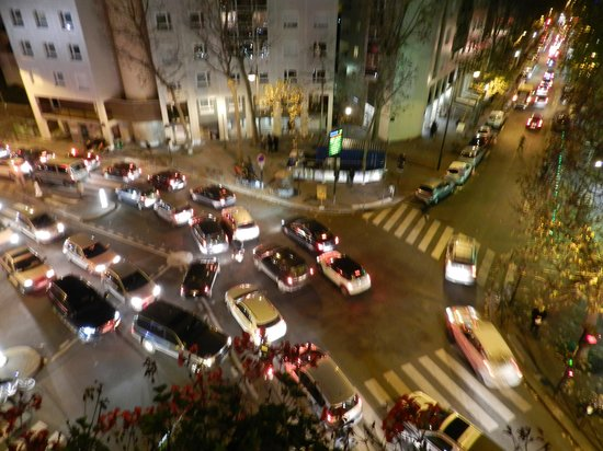 Eiffel Kennedy Hotel: rush hour in front of hotel