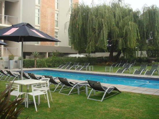The Aviator Hotel OR Tambo: Vista piscina