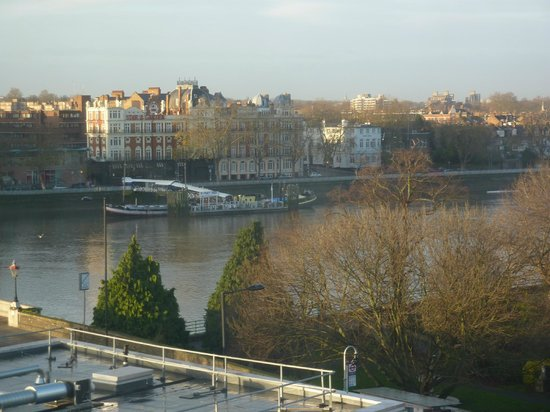 Premier Inn London Putney Bridge Hotel: River view from the front of Hotel, 5th floor corridor.
