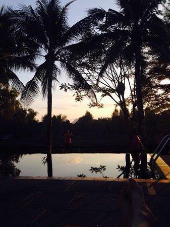 U Inchantree Kanchanaburi: Pool at sunset